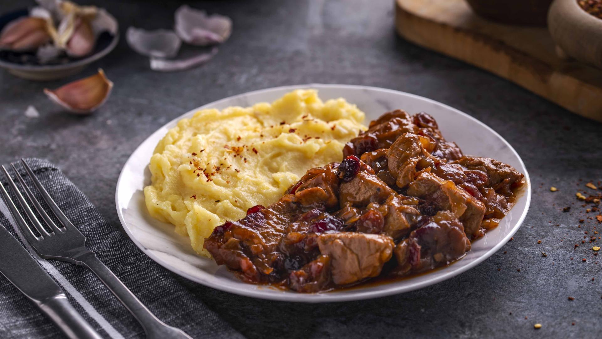 Muschiulet de Porc Cranberry cu Piure de Cartofi cu usturoi copt 1
