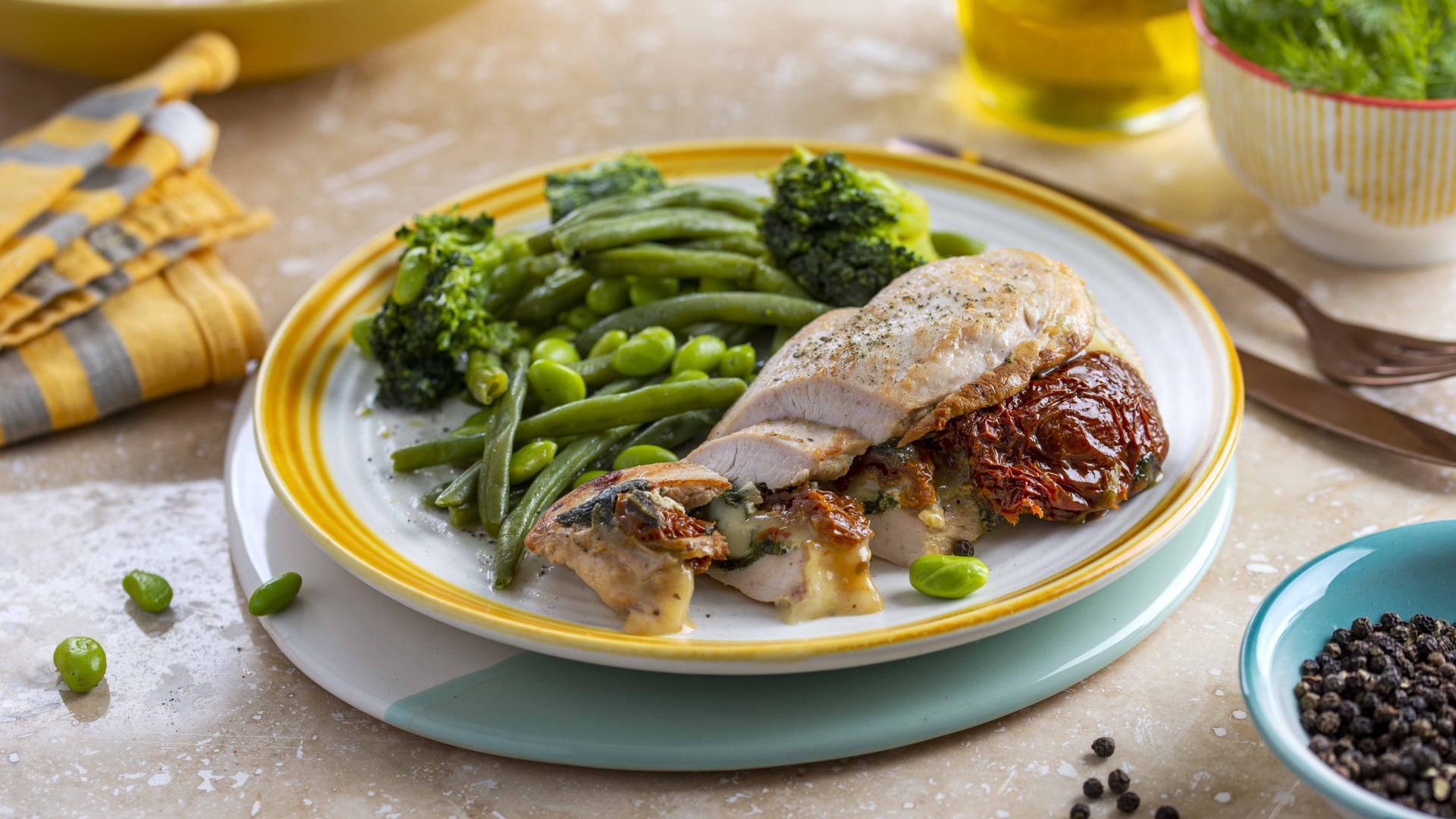 Pui umplut cu Mozzarella, Spanac, Rosii Secchi cu Legume Verzi 1