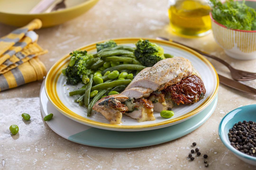 Pui umplut cu Mozzarella, Spanac, Rosii Secchi cu Legume Verzi