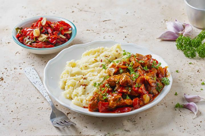 Tocanita Munteneasca cu Piure de Cartofi si Salata de Ardei Copti 2