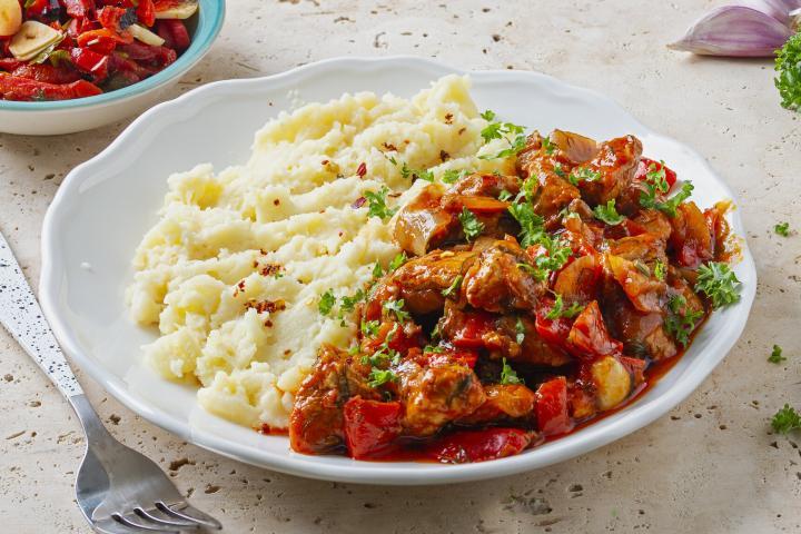 Tocanita Munteneasca cu Piure de Cartofi si Salata de Ardei Copti 1